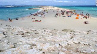 Pantai Playa e Ses Illetes di Spanyol, menduduki posisi ke-7