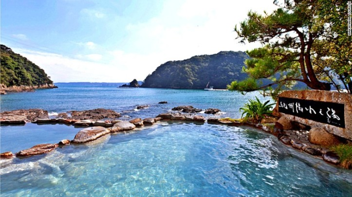 Tempat onsen di Saki-no-yu, Shirahama, yang berbatasan langsung dengan laut - Foto: cnn.com