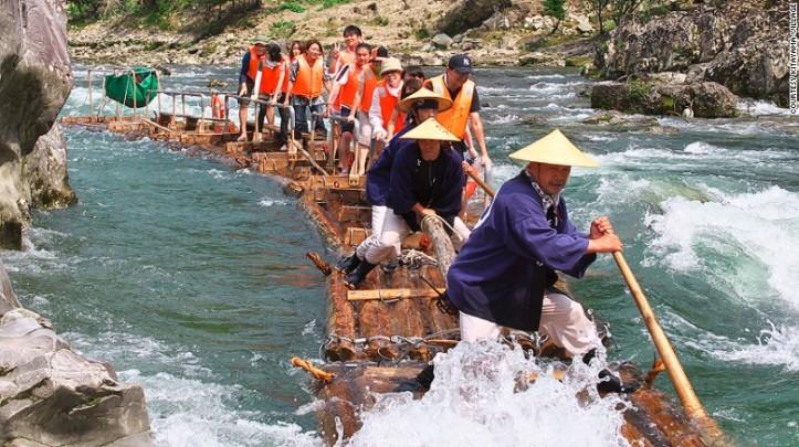 Rafting dengan batang kayu yang kini jadi favorit wisatawan di Wakayama - Foto: cnn.com