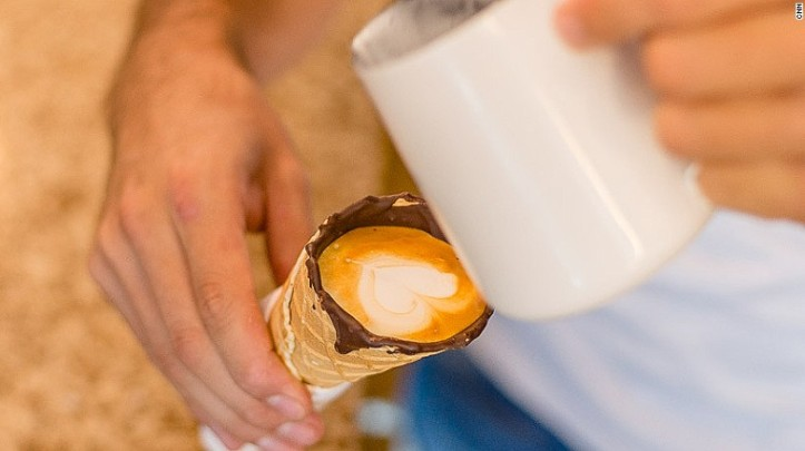 Hanya ada waktu 10 menit untuk menghabiskan kopi ini agar cone tak meleleh. Foto: cnn.com