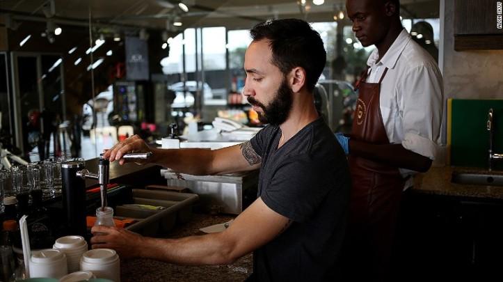 Dayne Levinrad dengan olahan kopinya di Johannesburg. Foto: cnn.com